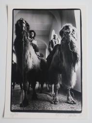 Bernd Jansen, Fotoprint, Uecker und Rinke in den Gängen der Kunstakademie auf Kamelen, 1978